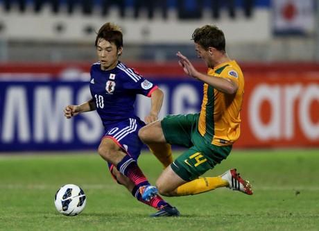 Cầu thủ Shoya Nakajima chỉ cao 1m64 nhưng có lối đá rất khó chịu