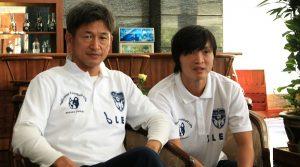 T°ãng ài bóng á Nht Kazuyoshi Miura (trái) và Tu¥n Anh. ¢nh: S.H