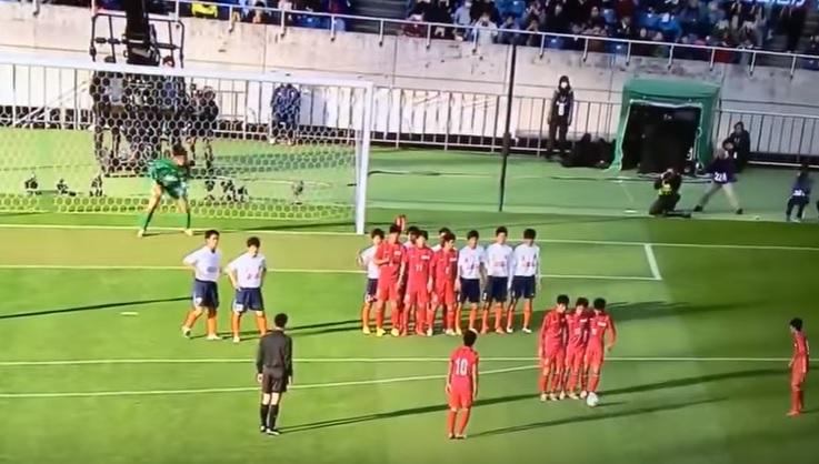 Pha đá phạt không ngờ ở giải trẻ Nhật Bản