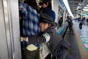 tokyo-subway-pushers-36-9657-1472722942