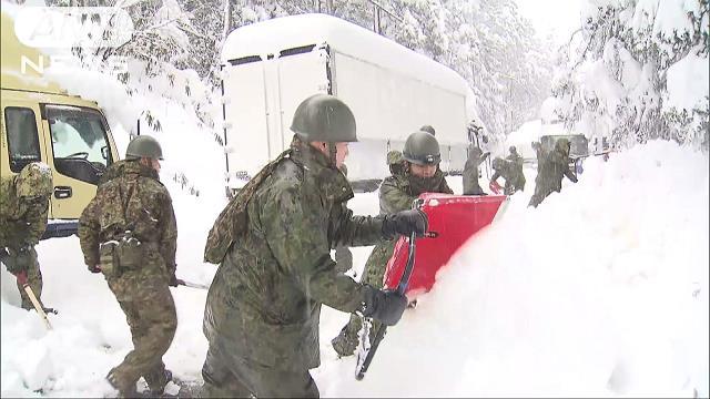 """Tin nhanh: Lực lượng phòng vệ ra quân cứu trợ tỉnh Fukui """"lặn ngập"""" trong tuyết"""