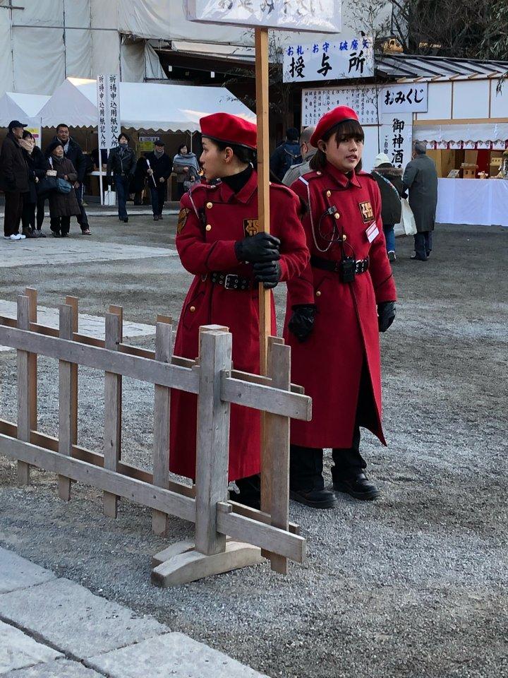 Đồng phục như từ Manga bước ra của nhân viên an ninh đền thờ Nhật