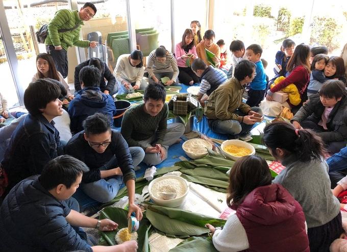 Người Việt ở Nhật Bản thi gói bánh, nấu cỗ đón Tết