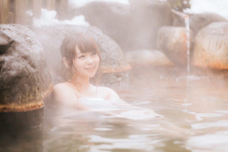 """Bao nhiêu tuổi được xem là """"đủ"""" để một cậu bé được phép vào bồn tắm suối nước nóng của phụ nữ?"""
