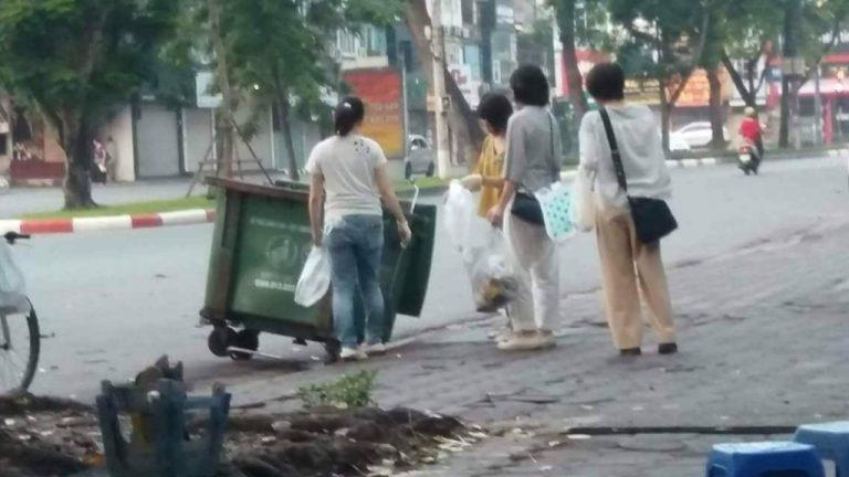 Ấm lòng với cử chỉ đẹp của 4 du khách Nhật Bản trên phố Hà Nội