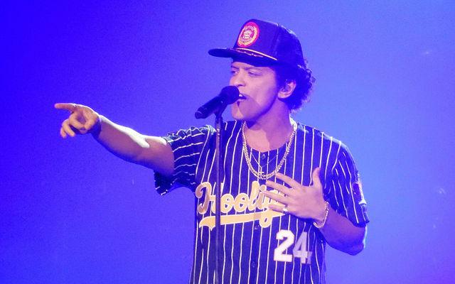 """Bất ngờ với hành động mất kiểm soát của Bruno Mars khi Fan Nhật hành xử """"chướng mắt"""""""