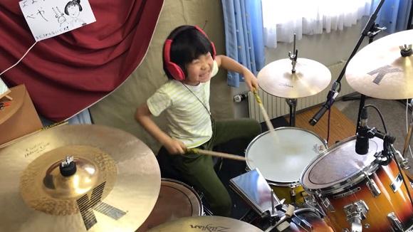 """Choáng với khả năng chơi trống của """"thần đồng"""" tám tuổi Nhật Bản"""