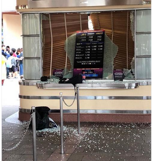 Sự thật phía sau bức ảnh chụp cửa kính vỡ vụn do động đất ở Universal Studios Japan