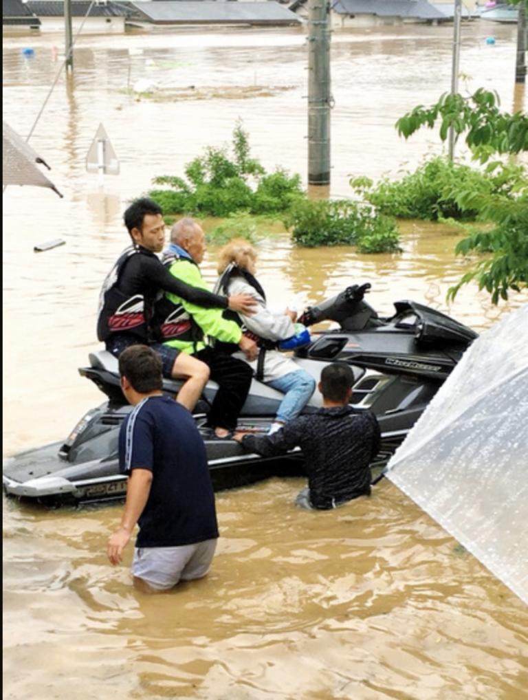 Hiệp sĩ Motor nước cứu 120 người gặp nạn trong trận lũ tại Okayama
