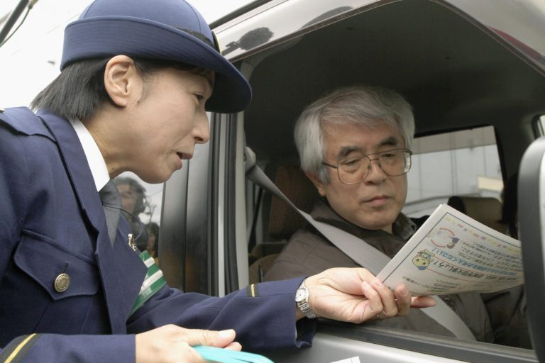 """Nhật Bản """"dụ dỗ"""" người già nộp bằng lái để nhận phiếu giảm giá"""