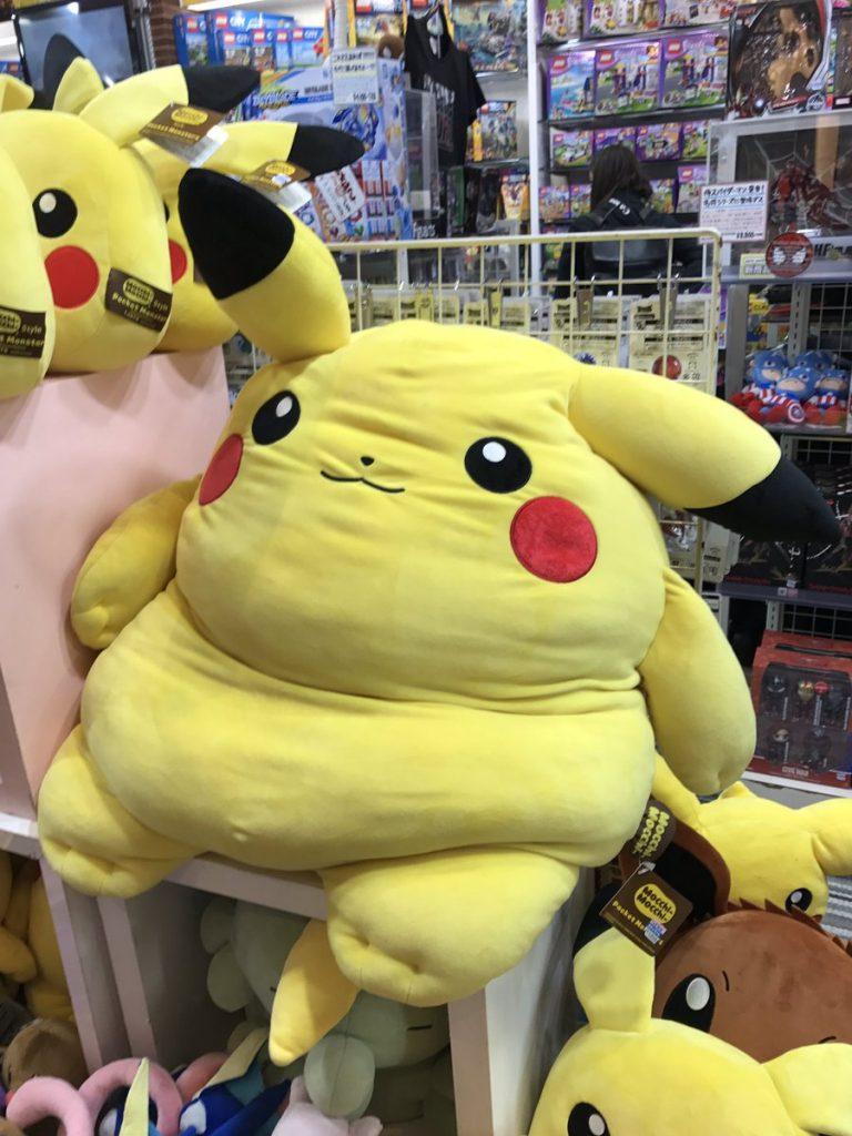 ... rất nhiều những con thú nhồi bông đồ chơi khác nhau thì vô tình một khách hàng đã chụp lại được con gấu bông có hình Pikachu béo phì nằm ở đây.