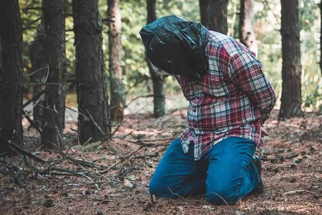 Chuyện lạ hôm nay: Chàng trai bị chủ bị ném vào rừng vì điều bất ngờ…