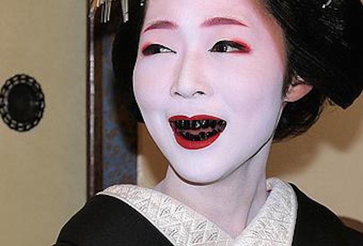 """Kỳ lạ nữ giới Nhật có thời cho rằng """"răng đen"""" là đỉnh cao của thẩm mỹ"""