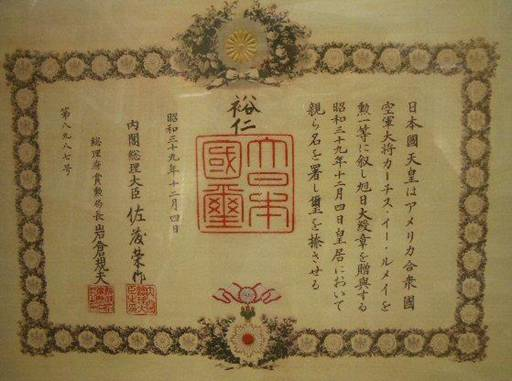 Chính phủ Nhật Bản trao huân chương cho người Mỹ thảm sát chính dân tộc mình?