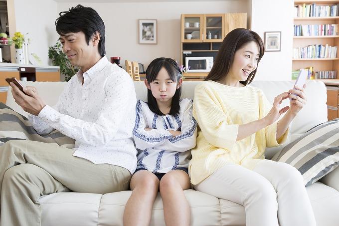 Tình trạng bố mẹ Nhật xa rời con cái vì mải mê điện thoại thông minh tăng cao báo động