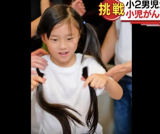 Bé trai 7 tuổi quyết nuôi tóc dài khiến bố ra sức phản đối, cho đến khi biết được mục đích thật sự của con