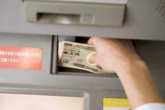Không biết mật khẩu làm thế nào nam thanh niên ăn cắp 112000 yên từ thẻ ATM