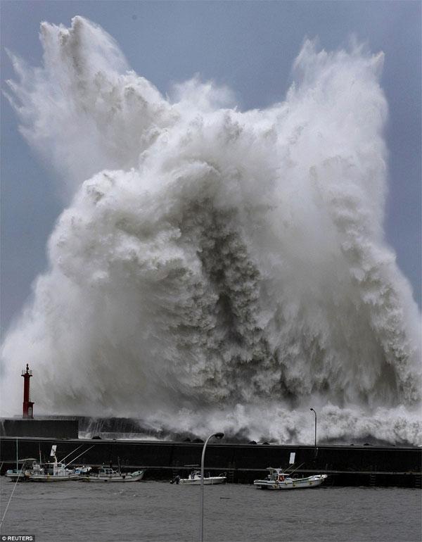 Cập nhập tình hình cơn bão mạnh lịch sử đang đổ bộ vào Nhật Bản
