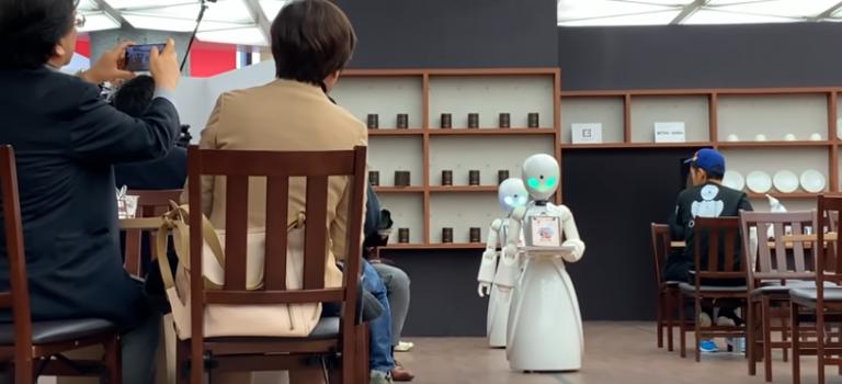 """Người bí ẩn đằng sau """"bồi bàn"""" Robot điều khiển từ xa trong quán Cafe Nhật Bản."""