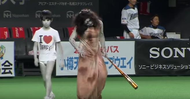 """Trận """"giao hữu"""" bóng chày nhuộm màu kinh dị của 2 ma nữ lừng lẫy Nhật bản"""