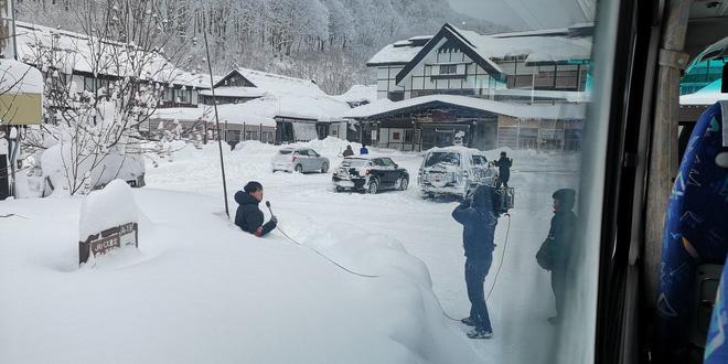 Góc ủ mưu: Tuyết rơi quá mỏng, MC thời tiết Nhật Bản đào hố tuyết rồi chui vào ngồi để trông cho có vẻ khắc nghiệt