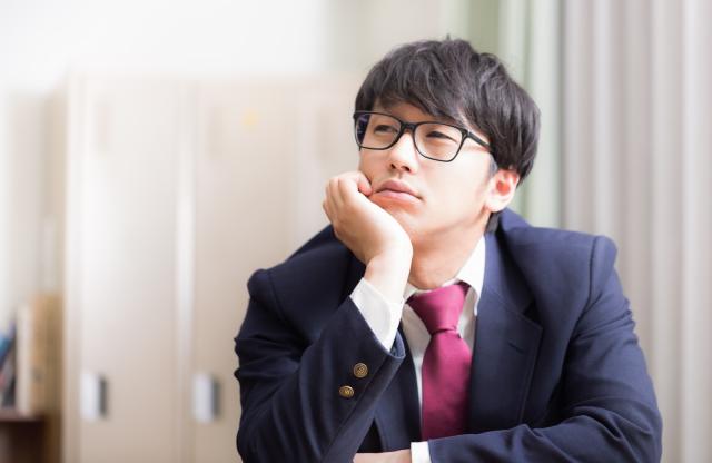 """Nhật Bản: Một viên chức bị đuổi việc vì """"khiêm tốn"""" về trình độ học vấn"""