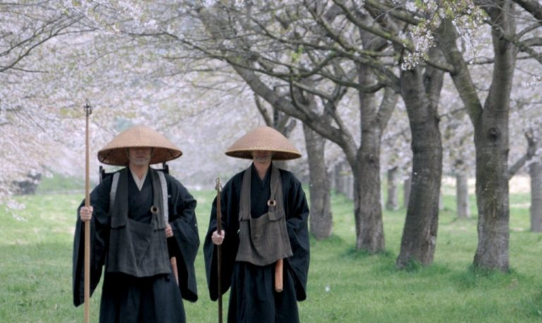 Phản bác đáng yêu của nhà sư Nhật khi cảnh sát cho rằng mặc áo choàng là nguy hiểm