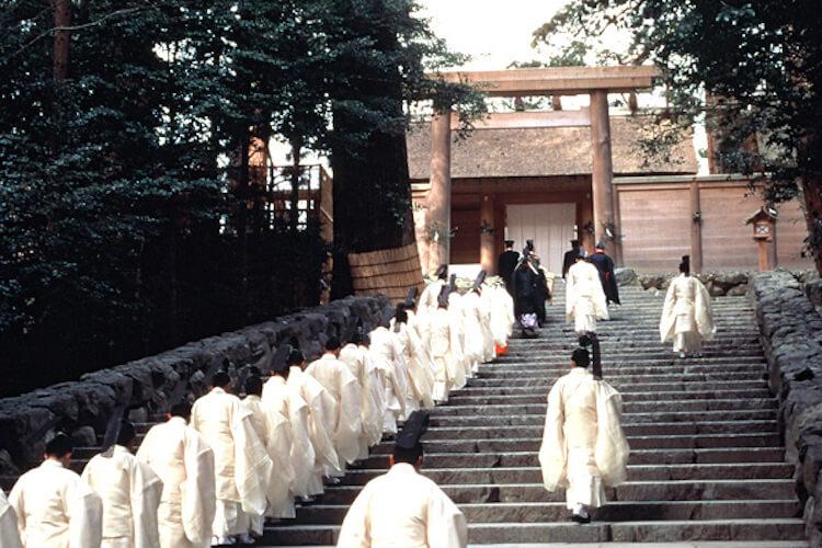 Phẫn nộ trước hành động phản cảm nhưng lại được cổ vũ tại đền thờ Nhật đêm giao thừa