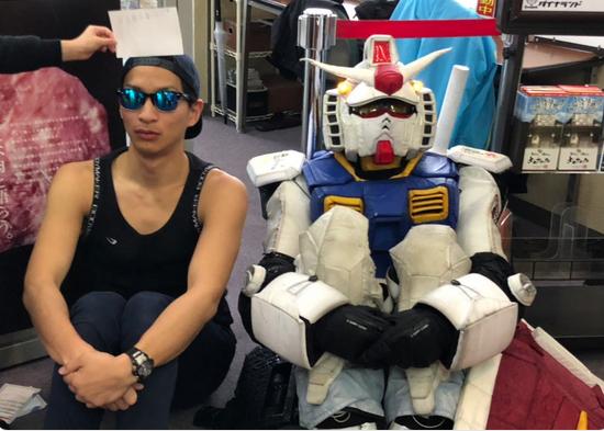 Ngưỡng mộ trước Fan Nhật trượt tuyết mặc trang phục Gundam chi tiết đến từng Milimet