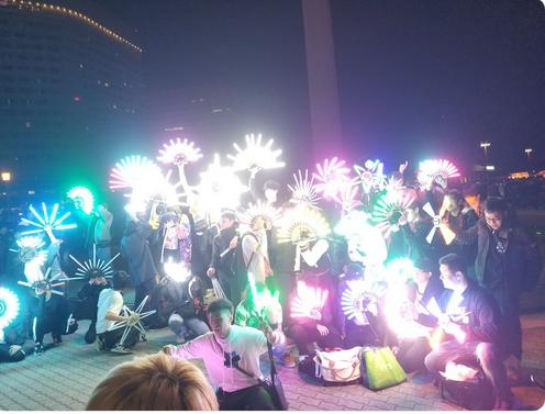 Chơi trội dùng đèn phát sáng mạnh, Otaku trẻ trâu bị ăn đấm ngay tại lễ hội