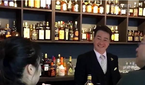 """Không dám đi Bar vì hết tiền, thôi thì vào Konbini ở Nhật """"quẫy"""" tạm"""
