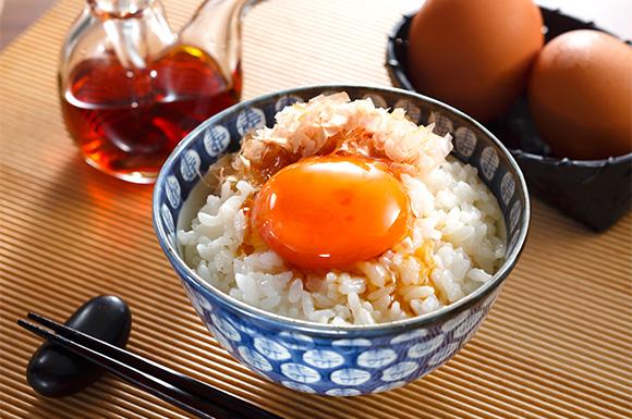 """[Thử thách] Trứng sống chan cơm (Tamago kakegohan) liệu có ngon như người Nhật vẫn """"ghiền""""?"""