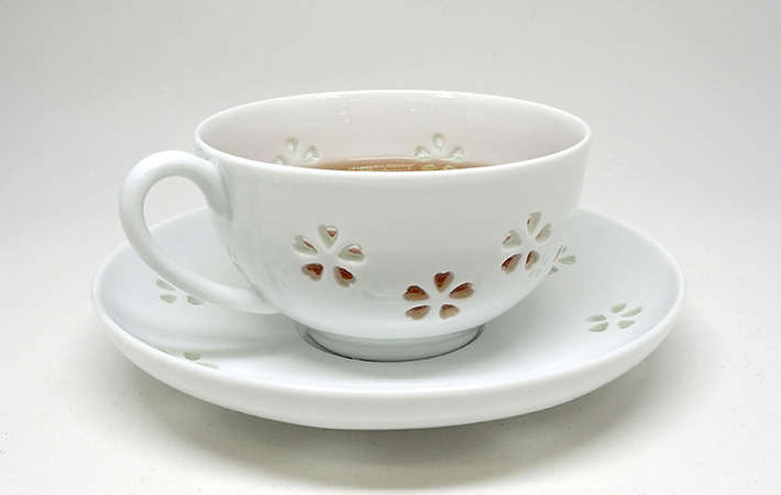 """Chỉ có người Nhật mới dám uống nước trong chiếc tách """"lủng"""" và không lo bị đổ"""