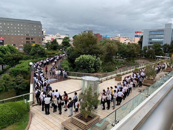 [Kỳ lạ] Bão vừa tan, người Nhật đã lo đi làm lại, gây ùn tắc tại nhà ga