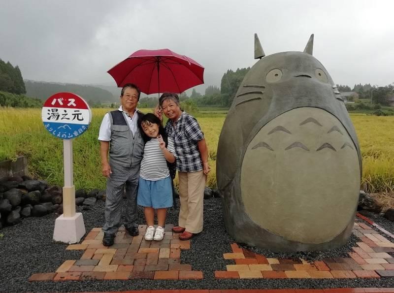 Cảm động ông bà tự làm trạm dừng xe buýt Totoro kích thước thật cho các cháu