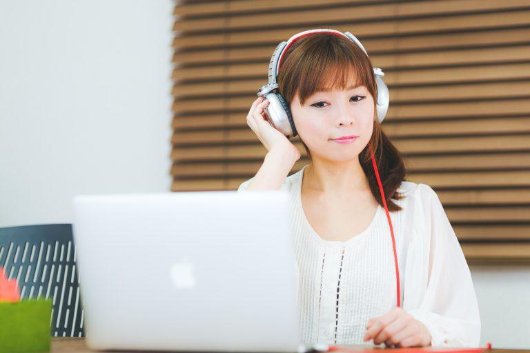 Có nên nghe nhạc lúc làm việc không? Nên dùng tai nghe hay loa ngoài?