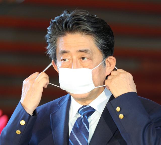 """Tổng hợp các pha khẩu trang """"ngộ nghĩnh"""" của Chính trị gia Nhật Bản"""
