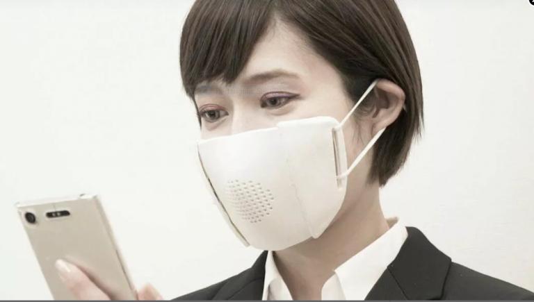 Nhật Bản đã phát triển một loại khẩu trang thông minh vừa chống dịch vừa dịch được 8 ngôn ngữ