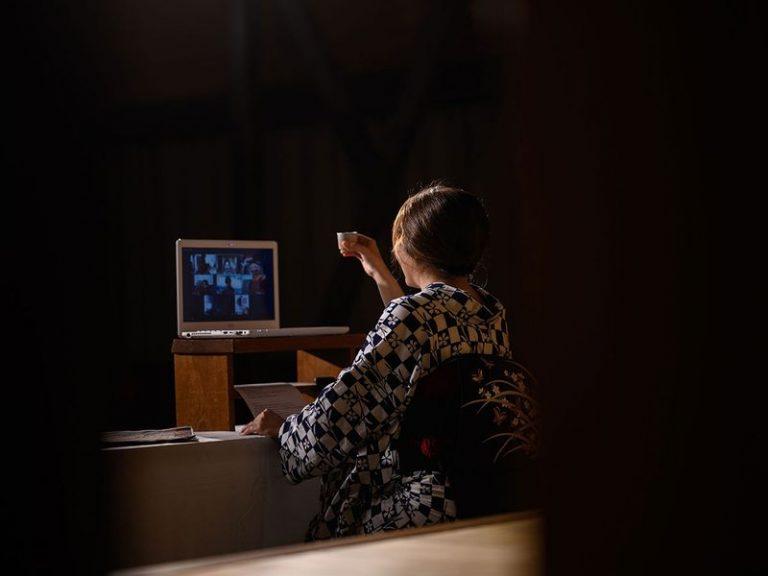 Do giãn cách xã hội –  Các Geisha phải biểu diễn Online