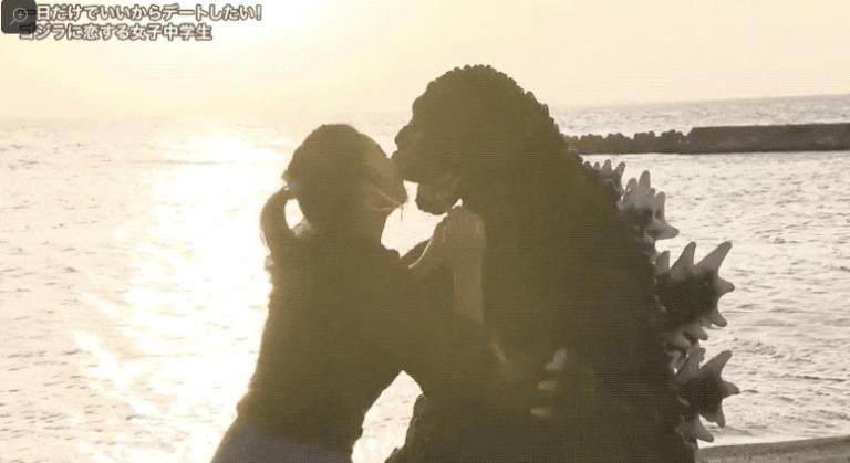 """Cô gái tuổi Teen đạt được ước mơ hẹn hò với Godzilla, còn hôn """"thắm thiết"""" trên bãi biển"""