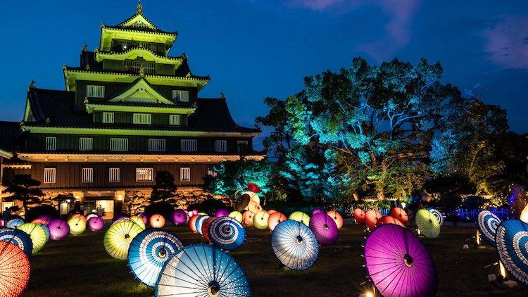 Những chiếc ô được chiếu sáng làm nổi bật vẻ đẹp đầy mê hoặc của lâu đài Okayama của Nhật Bản