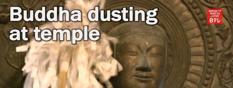 Nghi thức phủi bụi cho các pho tượng Phật để đón Năm mới