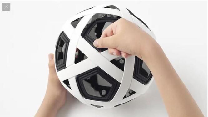 """Công ty Nendo và """"quả bóng đá kỳ diệu"""", không cần bơm vẫn có thể đá"""