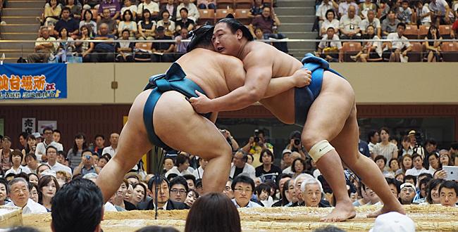 """Chuyện gì xảy ra khi võ sĩ Sumo """"rơi khố"""" trên sàn đấu?"""