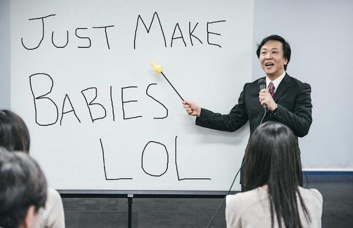 """Khuyên nam nữ """"chơi bời"""" nhiều nhất có thể để tăng tỷ lệ sinh, một quan chức Nhật Bản phải xin lỗi"""