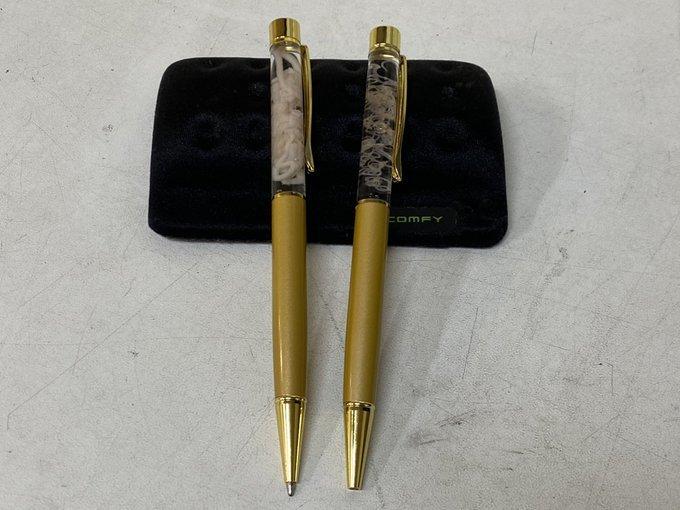 """Chiếc bút được trang trí bằng """"những con giun sống ký sinh' khiến người xem phải khiếp sợ"""