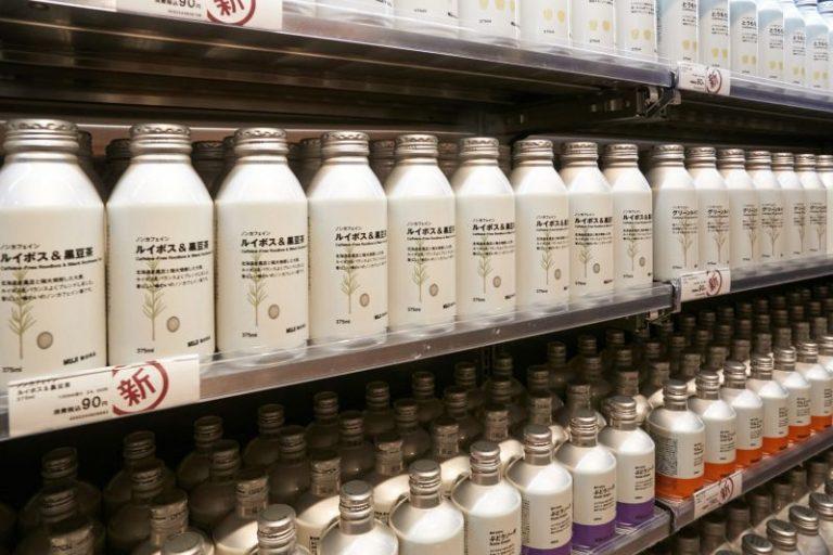 Muji Nhật Bản xoá bỏ hoàn toàn đồ uống chai nhựa thay bằng lon nhôm