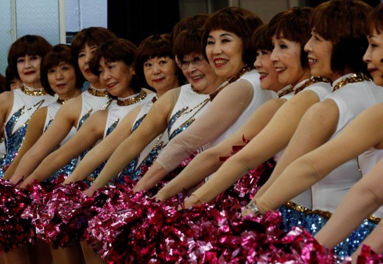 """Đội cổ vũ đặc biệt của các hoạt náo viên """"đừng gọi chúng tôi già"""" đang hot ở Nhật Bản"""