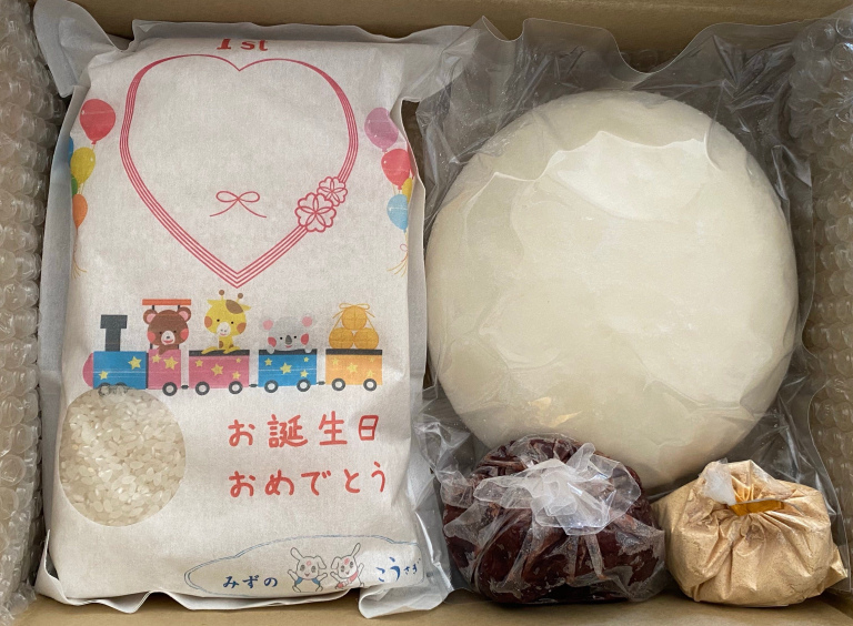 """Isshou mochi (一升餅) – Nghi lễ cho em bé """"cõng"""" Mochi trên lưng vào ngày thôi nôi có ý nghĩa như thế nào?"""