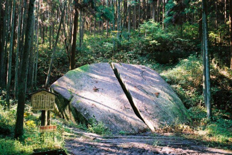 Fan hâm mộ Manga Kimetsu no Yaiba tìm đến tảng đá bị nứt ở Yagyucho để tái hiện lại cảnh đáng nhớ trong tác phẩm